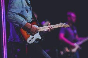 ライブでギターをひく男性